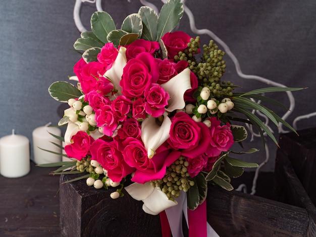 ヤク真紅のバラのウェディングブーケ Premium写真