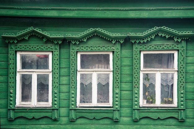 彫刻が施された装飾品の要素を持つ古いロシアの村の木造住宅のファサード Premium写真