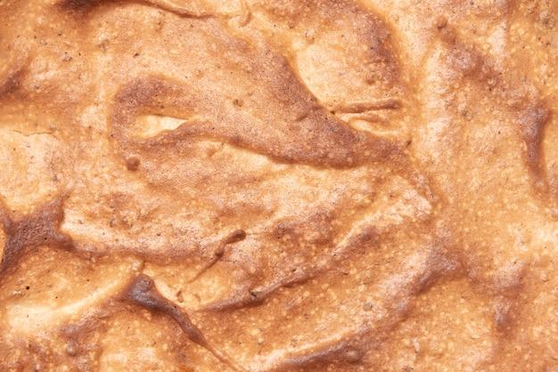 Конец-вверх домодельного сладостного взгляд сверху торта, текстура испеченной взбитой корки яичного белка. Premium Фотографии