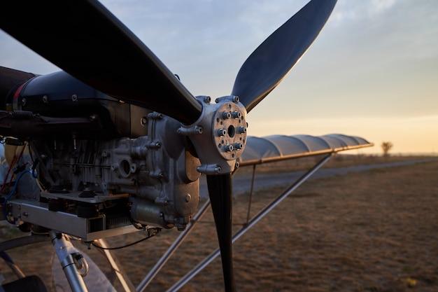 超軽量航空機のプロペラと内燃機関、クローズアップ Premium写真