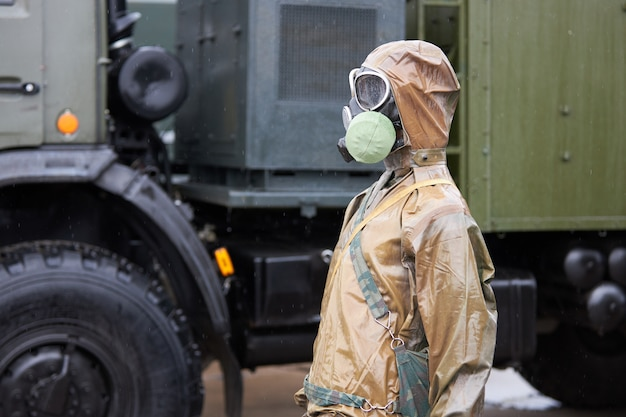 Манекен в костюме химической защиты и противогазе Premium Фотографии