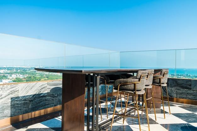 Наружное декорирование внутреннего дворика с навесом и столом Premium Фотографии