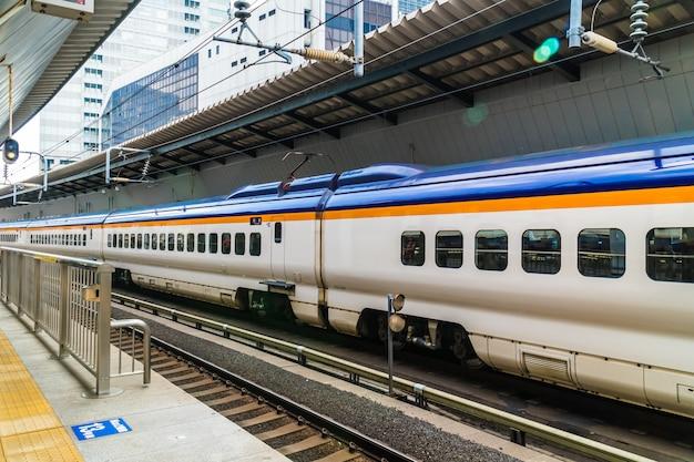 日本の電車と地下鉄の駅は人気のある交通機関です Premium写真
