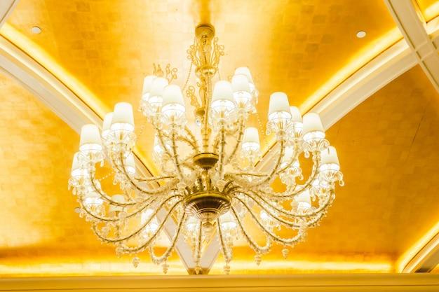Красивый интерьер роскошной люстры Premium Фотографии