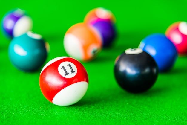 黒のボールの横に赤と白のプールのボール 無料写真