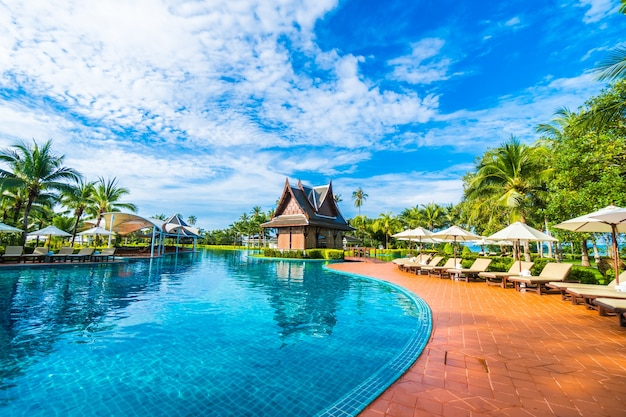 Большой бассейн с зонтиками и гамаки Бесплатные Фотографии