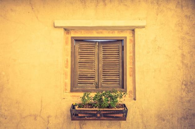 Деревянные окна с вазона с растениями Бесплатные Фотографии