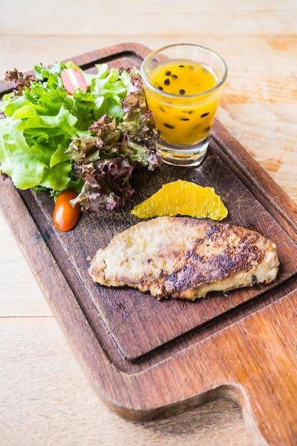 Фуа-гра стейк с овощами и сладким соусом Бесплатные Фотографии