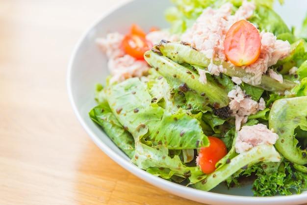 クローズアップ缶詰食品の夕食のサラダ 無料写真