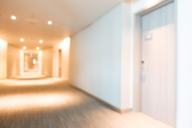扉付きの広々とした廊下 無料写真