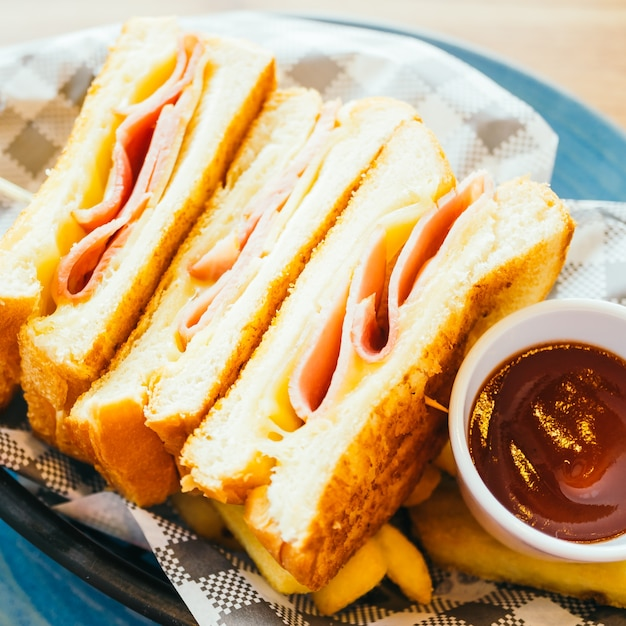 ハムチーズとフライドポテトとトマトソースのサンドイッチ 無料写真