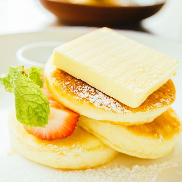 Сладкий десертный блин с маслом и клубникой Бесплатные Фотографии