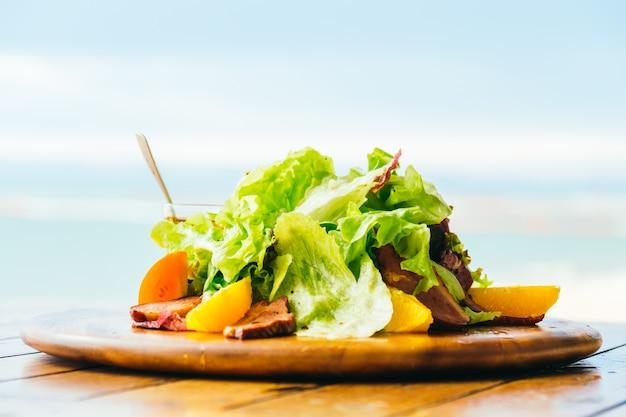 野菜のサラダとグリルしたアヒルの胸 無料写真