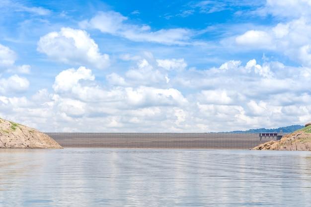 晴れた日の湖とコンクリートダムの風景。 Premium写真