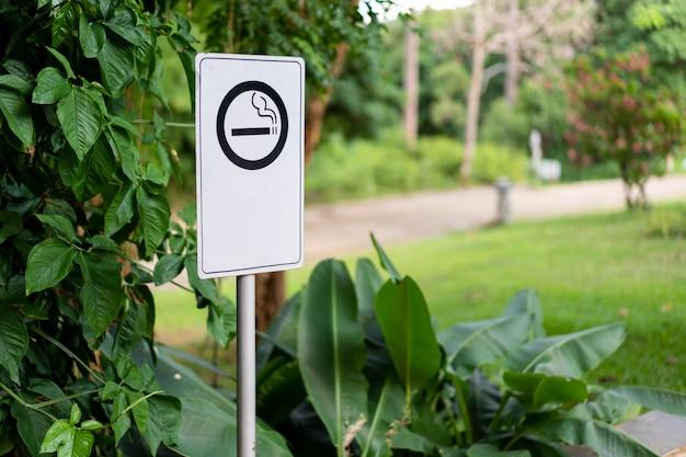 喫煙アイコンと喫煙エリアサインをコピースペースでクローズアップ。 Premium写真