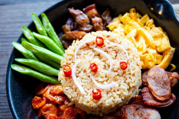 Оригинальная тайская еда. жареные рисовые креветки крупным планом. Premium Фотографии