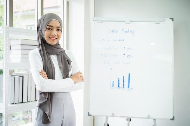 オフィスで働くスマートな美しいアジア女性実業家の肖像画 Premium写真
