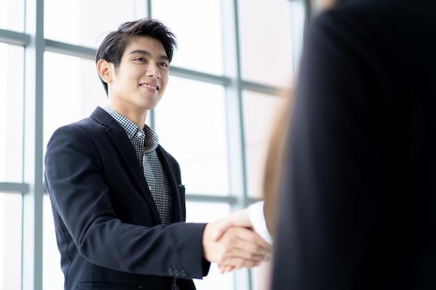 商談後の握手を行うビジネス人々 Premium写真