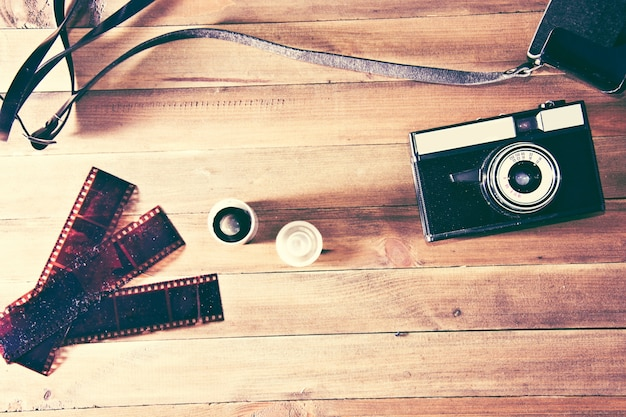 Ретро старинные камеры и фотопленка на деревянном фоне Бесплатные Фотографии