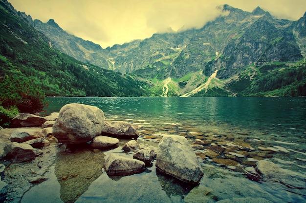 山の中の湖。 無料写真