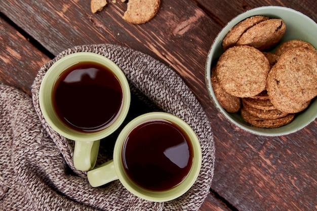 Две теплые чашки чая, осенние листья Premium Фотографии