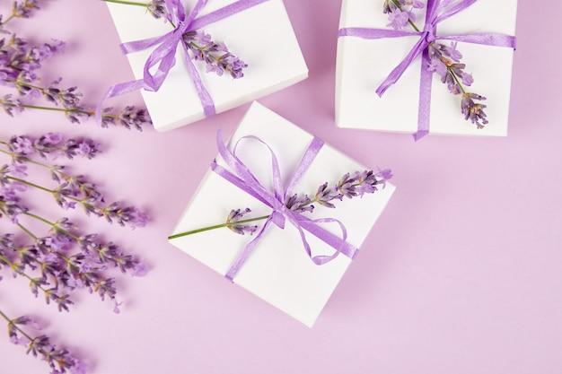 Белая подарочная коробка с фиолетовой лентой и лавандой Premium Фотографии