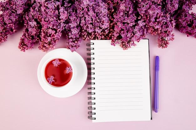 紅茶、日記、花束ライラック Premium写真