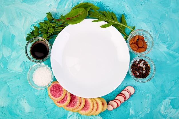空の白いプレート。材料とサラダ Premium写真