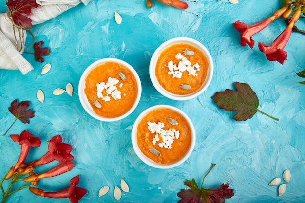 かぼちゃのスープまたはスフレのクリーム。感謝祭。 Premium写真
