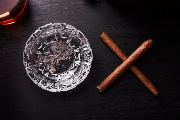 Стакан виски с сигарой для некурящих. Premium Фотографии