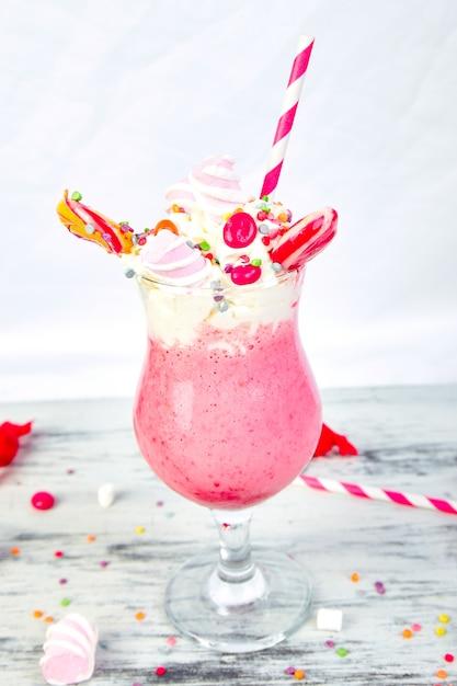 ベリーラズベリーとピンクの極端なミルクセーキ Premium写真