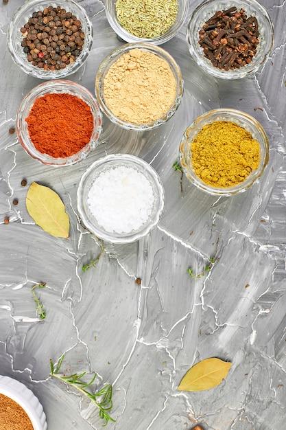 調味料。新鮮で乾燥したスパイスとハーブ調味料 Premium写真