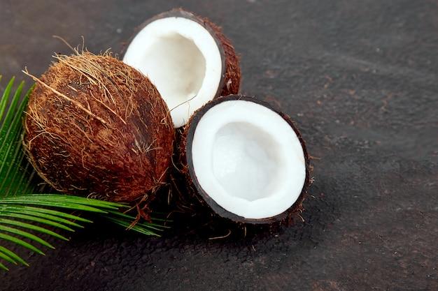 新鮮なココナッツ Premium写真