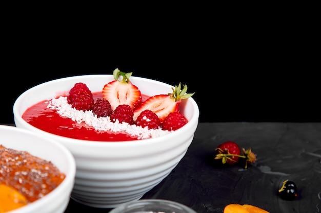 ヘルシースムージーの朝食用ボウル Premium写真
