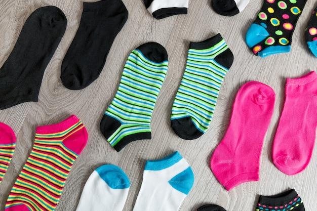 Красочные носки на серый деревянный. Premium Фотографии