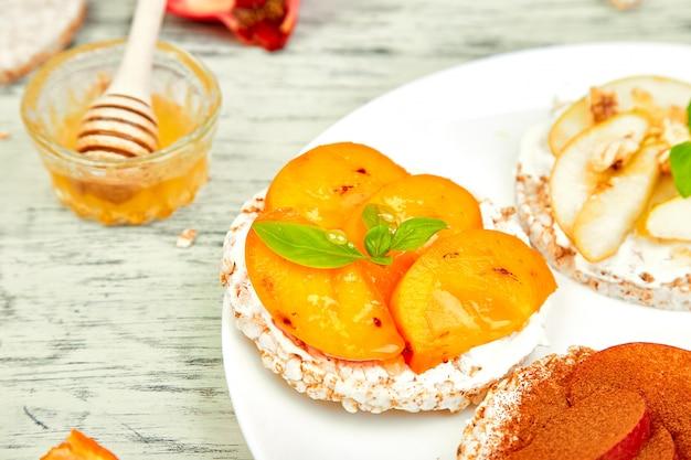 トロピカルフルーツとライスクリスプパン健康的なスナック Premium写真