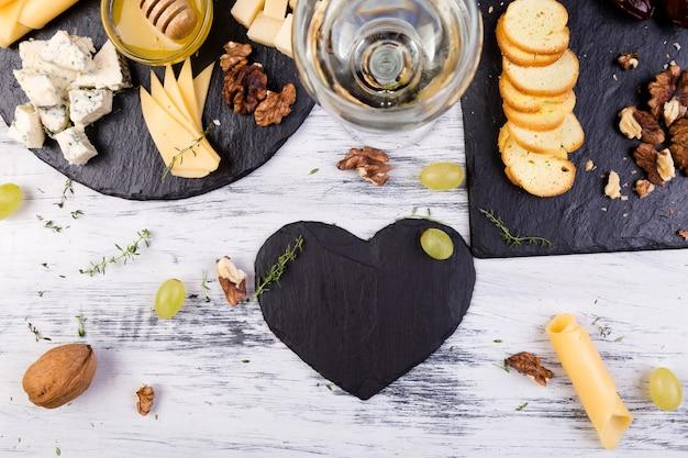 クルミとチーズの盛り合わせ、パン、石板の蜂蜜 Premium写真