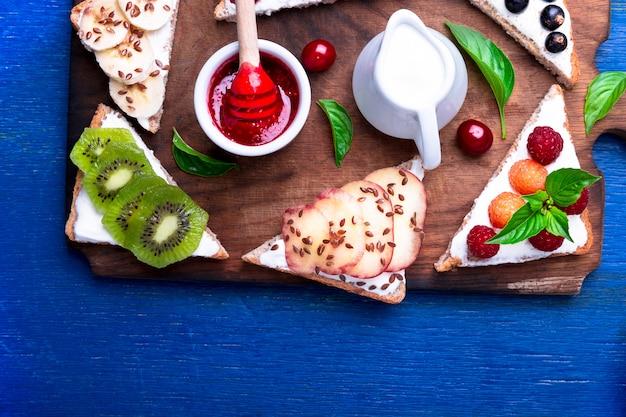 青い素朴な背景に木の板にフルーツトースト Premium写真