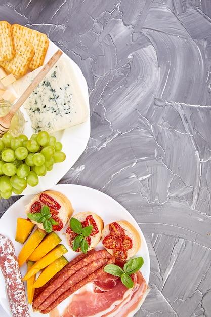 イタリアの前菜ワインスナックセット。前菜、ジャーキー、サラミ、 Premium写真
