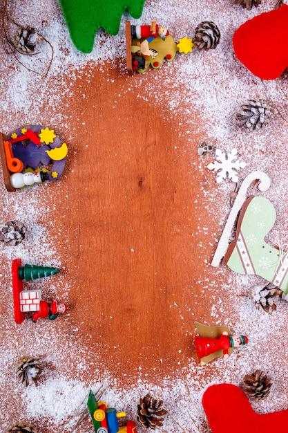 Рамка рождества и нового года для поздравительной открытки и деревянной предпосылки с космосом экземпляра. Premium Фотографии