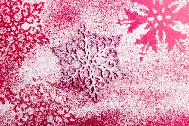ピンクの背景にピンクと白の雪。上面図。コピースペース。装飾的な雪。フラット横たわっていた。 Premium写真