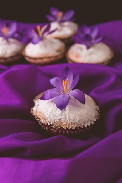 紫のクロッカスの花で飾られたマフィン。春。閉じる。 Premium写真