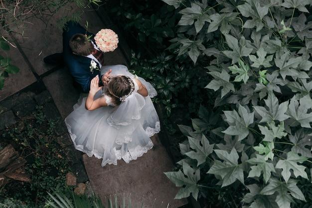 公園での結婚式の日にカップルします。上面図。結婚。認識できません。 Premium写真