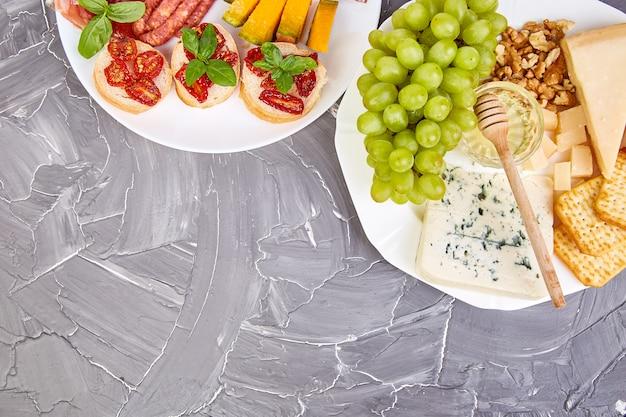 Итальянские закуски для вина. антипасто с вяленым мясом, салями, Premium Фотографии