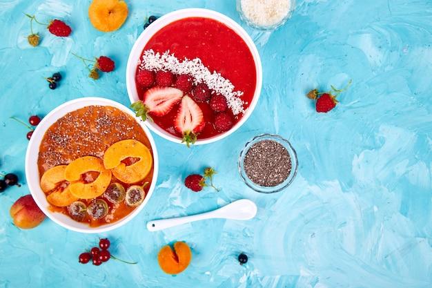 スムージーボウル。健康的な朝食ボウル Premium写真