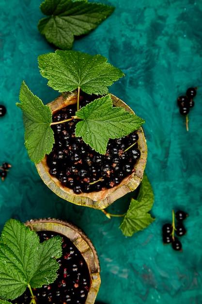 ブラックカラントの果実、葉、ブラックカラント Premium写真
