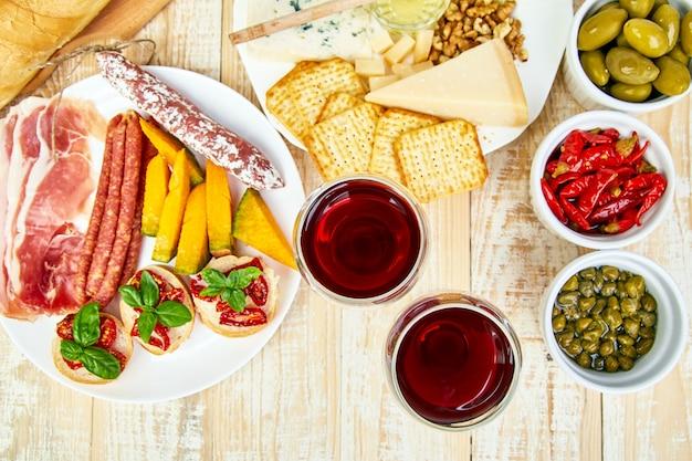 イタリアの前菜ワインスナックセット。前菜ケータリング大皿 Premium写真
