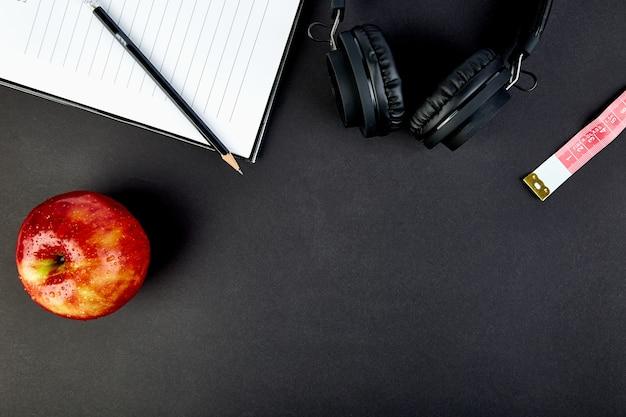 Черные наушники и яблоко Premium Фотографии