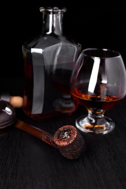 喫煙葉巻とウィスキーのグラス。 Premium写真
