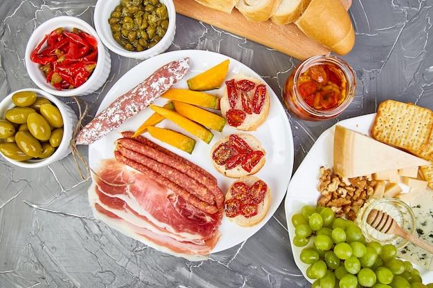 イタリアの前菜ワインスナックセット。イタリア料理。 Premium写真